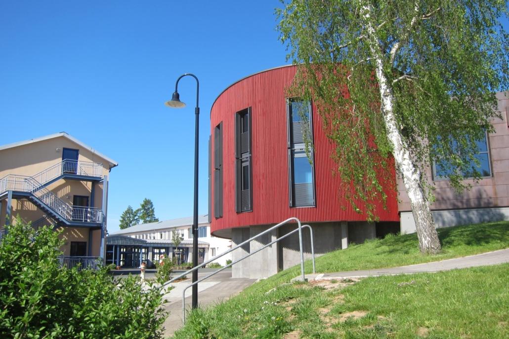 Das ist die Bücherei, die in Stegaurach direkt auf dem Schulhof steht. Wie praktisch für Leseratten!