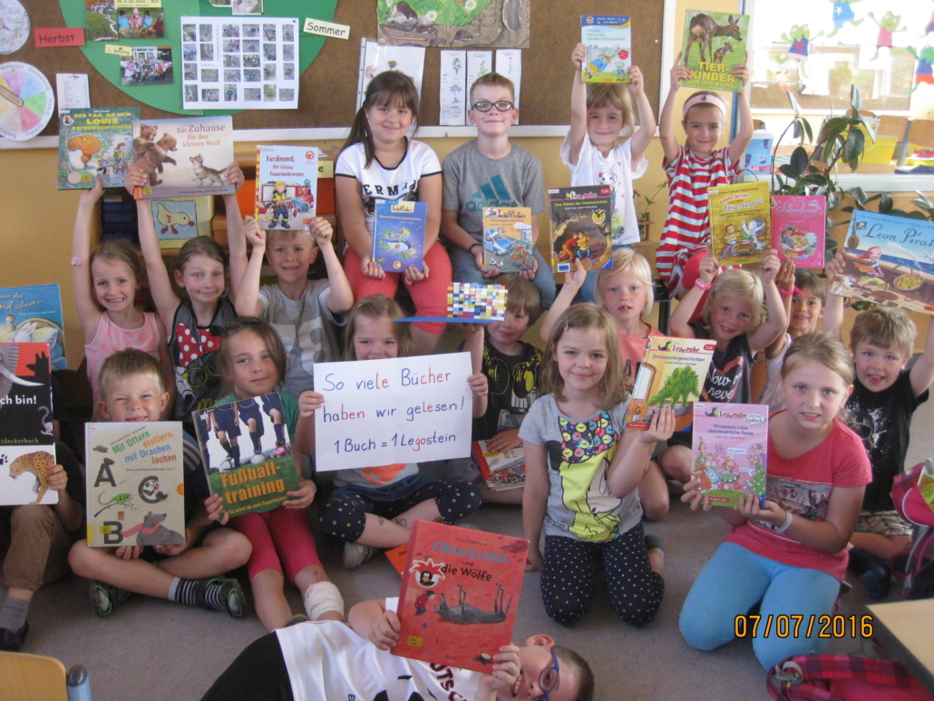 Ganz stolze Erstklässler mit ihren zuletzt gelesenen Büchern. Für jedes gelesene Buch durften sie in der Klasse einen Legostein aufbauen.